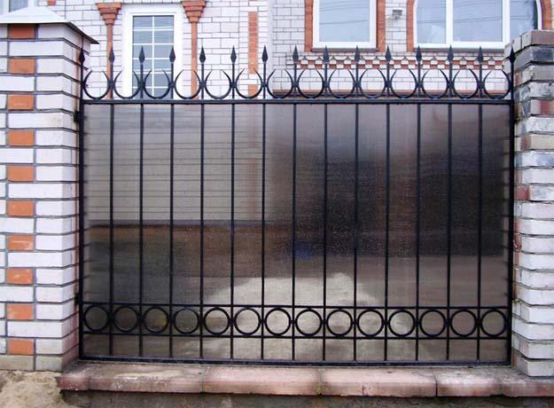 Кованый забор с поликарбонатом недорого